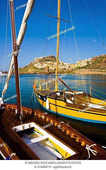 Traditional boats in the fishing port of Castelsardo. Sassari Province. Sardinia. Sardegna. Italy / Embarcaciones típicas en el puerto pesquero de Castelsardo