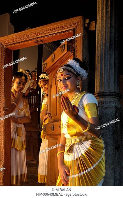 MOHINIYATTAM DANCERS IN FRONT OF KUTHIRAMALIKA PALACE, TRIVANDRUM