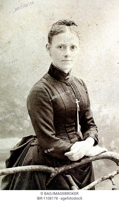 Historical photo, woman wearing a high-necked dress and a cross, 1902, Germany