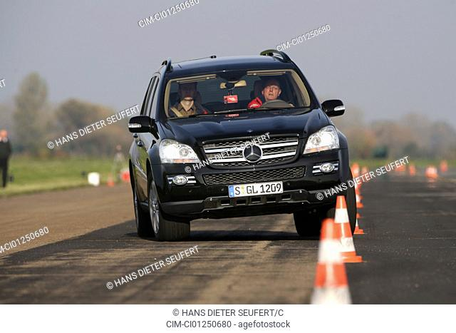 Mercedes GL 420 CDI, model year 2006-, black, driving, diagonal from the front, frontal view, Pilonen, test track