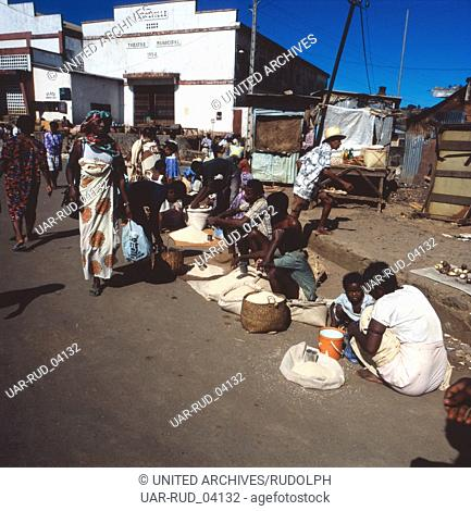 Einkaufen auf dem Wochenmarkt der Insel Nosy Be, Madagaskar 1989. Shopping on the weekly market on the island of Nosy Be, Madagascar 1989
