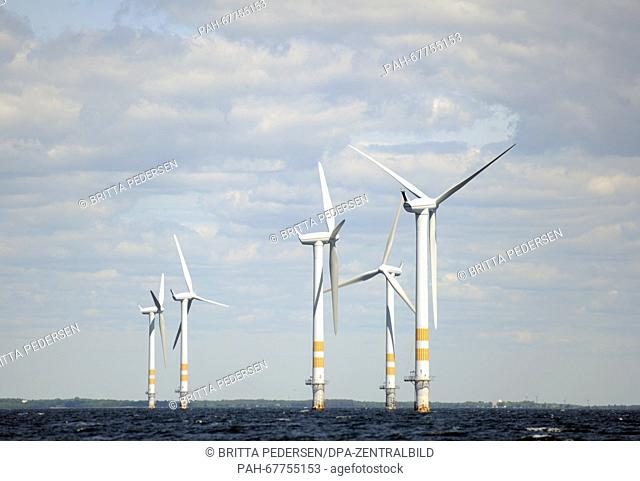 Wind turbines on the Baltic Sea in an offshore wind farm in Sweden, 10 June 2015. Photo: BRITTA PEDERSEN/dpa - NO WIRE SERVICE - | usage worldwide