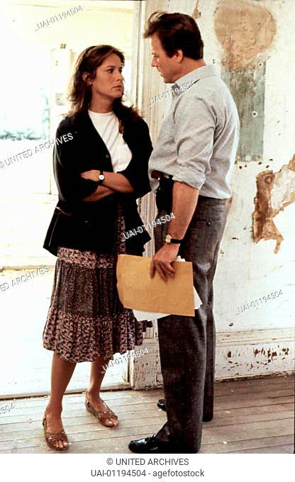 Debra Winger, John Heard Zunaechst laesst sich Cathy Weaver (Debra Winger) taeuschen und berichtet ihrem Vorgesetzen Michael Carnes (John Heard)