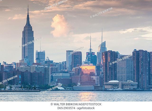 USA, New York, New York City, Brooklyn-Williamsburg, Mid-Town Manhattan skyline, dusk