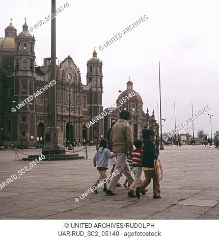 Eine Familie überquert die Plaza Mariana vor der Kirche Templo Expiatorio A Cristo Rey in Mexiko-Stadt, Mexiko 1980er Jahre
