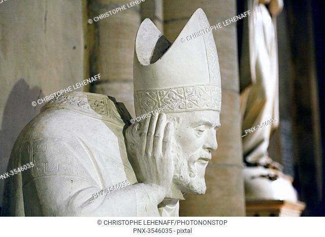 Paris, 18th district, Montmartre, church Saint Pierre de Montmartre. Sculpture representing Saint Denis
