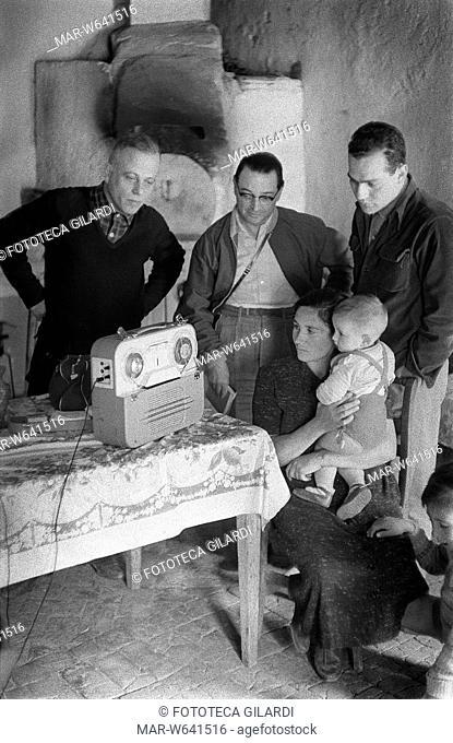 SUD E MAGIA Ernesto de Martino (1908-1965), etnologo italiano ed i professori Emilio Servadio e Romano Calisi, ascoltano la registrazione del racconto di un...