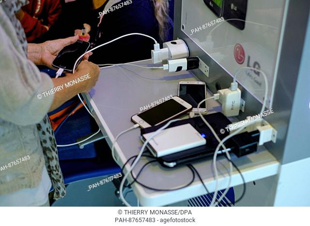 January 8, 2017 - Simon Bolivar International Airport, Venezuela: Passengers are charging their smartphone on public chargeur before their fly in Maiquetía...