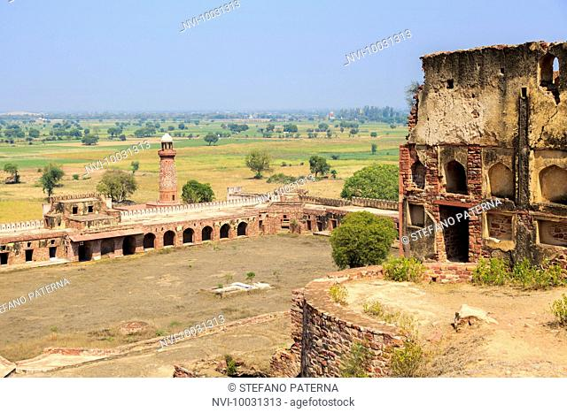 Hiran Minar and caravanserai, Fatehpur Sikri, Uttar Pradesh, India
