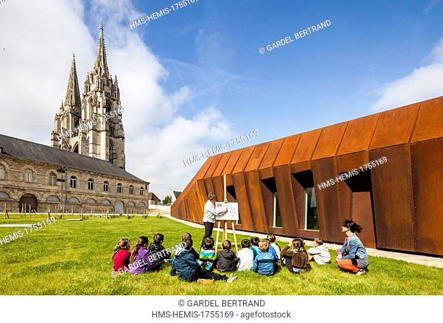 France, Aisne, Soissons, the bell tower of the abbey site of Saint Jean des Vignes, and the new Centre de Conservation et d'Etudes Archeologiques (Conservation...