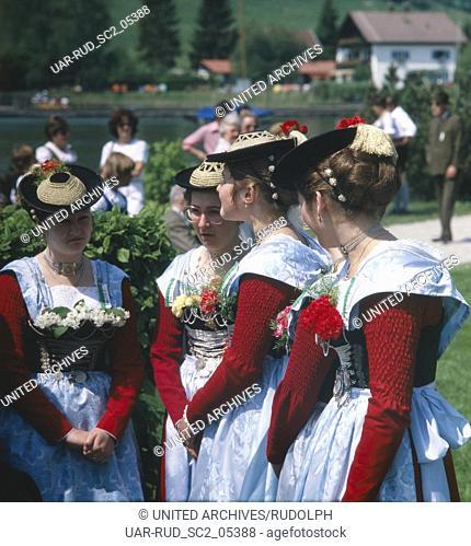 Oberbayern, Landkreis Miesbach, Gemeinde Schliersee, 1980er. Trachtenfest. Bayerinnen im Dirndl. Upper Bavaria, Miesbach county, municipality of Schliersee