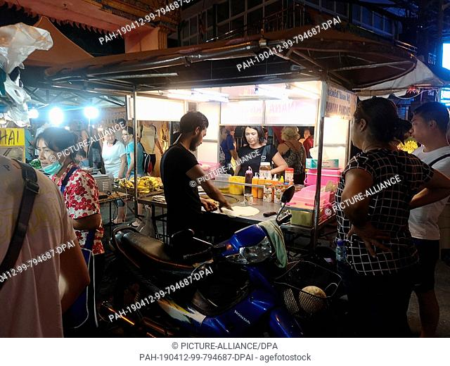 """26 February 2019, Thailand, Karon Beach: A booth offering the traditional Thai dessert """"""""Roti"""""""" at temple market in Karon Beach"""