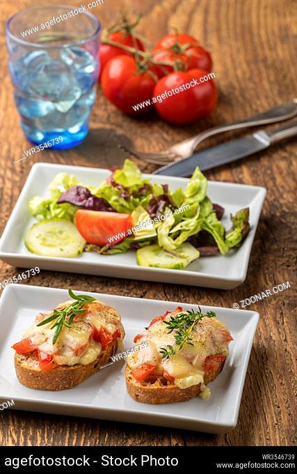Baguette mit Käse überbacken und Salat