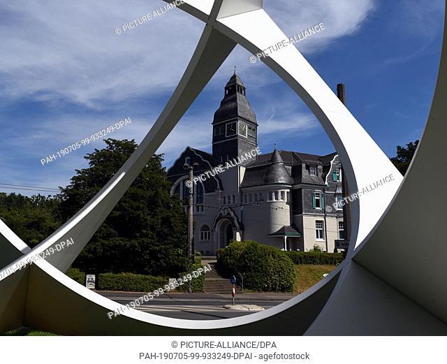 "04 July 2019, Nrw, Solingen: View through a work of art by Prof.Wolfgang Körber to the Kunstmuseum, the """"Zentrum für verfolgtgte Künste"""""