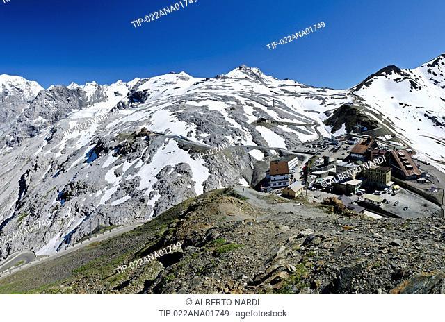 Passo Stelvio, sullo sfondo i rilievi di Monte Scorluzzo