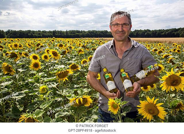 PHILIPPE GOURCI IN HIS FIELD OF FLOWERING SUNFLOWERS, PRODUCER OF SUNFLOWER OIL AND OTHER PRODUCTS LABELLED TERRES D'EURE-ET-LOIR, SAINT-MAXIME-HAUTERIVE (28)