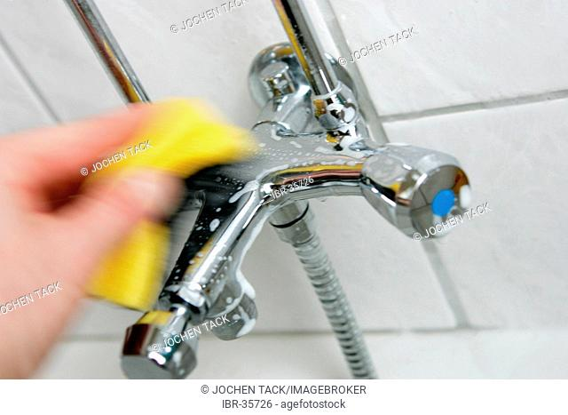 DEU, Germany : Housecleaning in a private house/apartment. Cleaning in the bathroom. Cleaning of the fittings