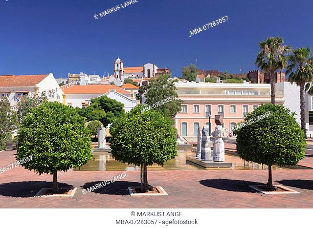 Praca Al Muthamid, view to the cathedral and the castle, Silves, Algarve, Portugal