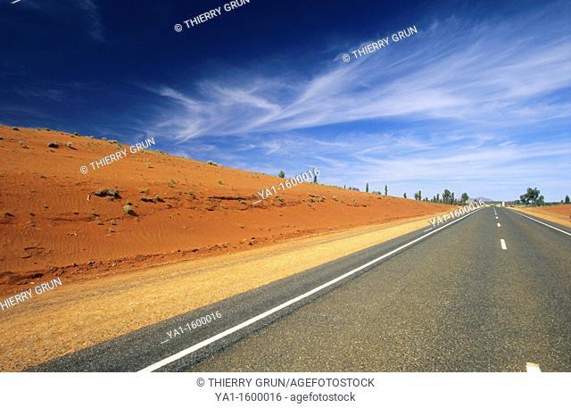 Lasseter highway n°4 road between Alice Spring and  Ayers rocks, Northern territory, Australia