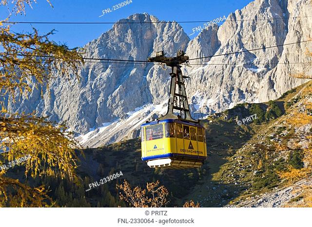 Cable car lift over mountain, Hoher Dachstein, Dachstein Mountain Range, Steiermark, Upper Austria, Austria