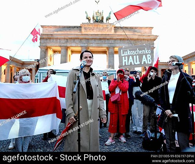 05 October 2020, Berlin: The opposition leader Svetlana Tikhanovskaya (M) from Belarus is welcomed by supporters at the Brandenburg Gate