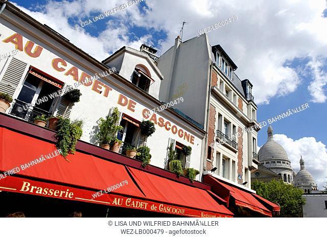 France, Paris, 18th arrondissement, Montmartre, view to Place du Tertre in front of Sacre Coeur