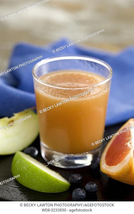 zumo de pomelo, manzana, arandano y jengibre. / grapefruit, apple, blueberry and ginger juice