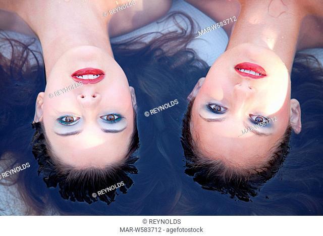donne in piscina