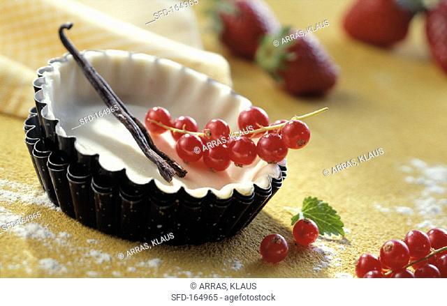 Tart dish with pastry, vanilla pod and redcurrants