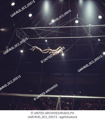 Zirkus Krone in München, 1981. Fliegende Akrobaten. Performance in Circus Krone in Munich, 1981. Flying acrobats