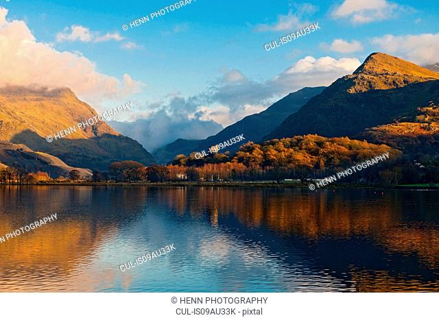 Llyn Padarn lake and mountains in autumn, Snowdonia, North Wales