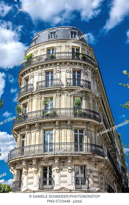 France, Paris 5th district, Haussmannian building at the corner of boulevard Saint-Michel and avenue de l'Observatoire