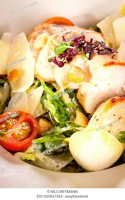 Frischer leckerer caesarsalat mit gegrillter Hähnchenbust parmesansplittern und crouton