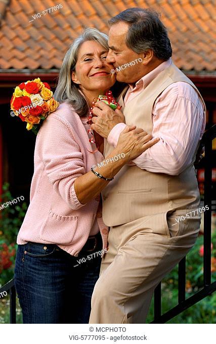 Ein verliebtes aelteres Paar ist gluecklich zusammen, Hamburg 2006 - Hamburg, Germany, 11/09/2006