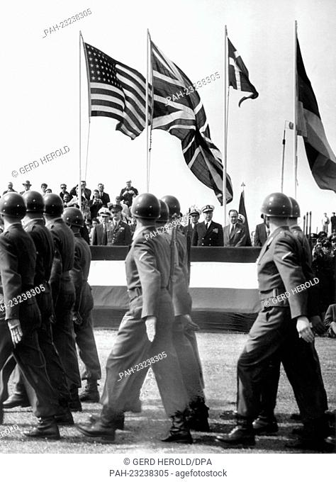 Troops of the US Army, the Bundeswehr, the British and the Danish Army marching together on occasion of the 'Armed Forces Day' on 17th May 1958 in Bremerhaven...