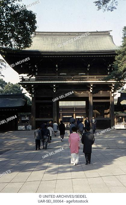 Gläubige am Meiji Schrein in Shibuya in Tokio, Japan 1960er Jahre. Believers at Meiji shrine at Tokyo's Shibuya quarter, Japan 1960s