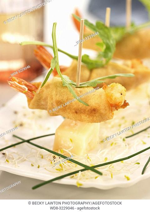 Pincho de gambas rebozadas con hojas de rucula y queso parmesano