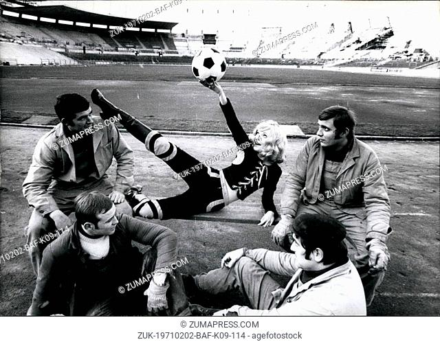 Feb. 02, 1971 - Pretty Elke Sommer: likes to play with the ball - and therefore one can well understand that she found the first rugby-suit for ladies in...