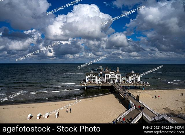 20 September 2021, Mecklenburg-Western Pomerania, Sellin: Tourists walk on the pier at the beach of Sellin on the island of Rügen