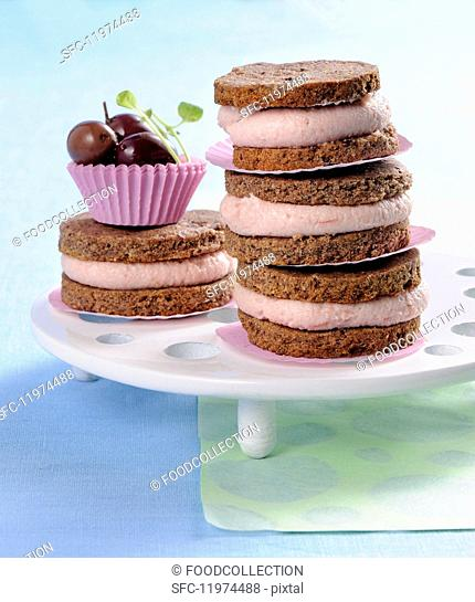 Olive sandwich biscuits with a spicy red wine cream