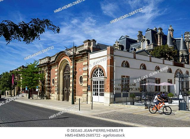 France, Marne, Epernay, Champagne aveneu listed as World Heritage by UNESCO, walkers in a street