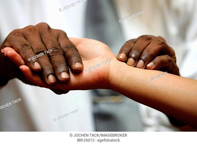 LKA, Sri Lanka : Siddhalepa Ayurveda Resort , ayurvedic doctor is checking a patient
