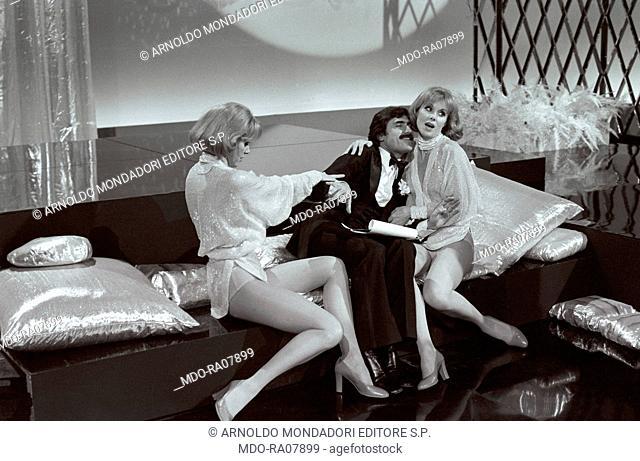 The twin sisters and famous German variety showgirls Alice and Ellen Kessler in the TV show 'Settimo anno' with Italian actor Lando Buzzanca (Gerlando Buzzanca)