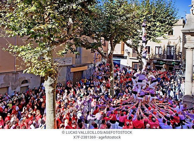 Colla Jove Xiquets de Tarragona.'Castellers' building human tower, a Catalan tradition.Fira de Santa Teresa, town festival. Plaça Vella.El Vendrell