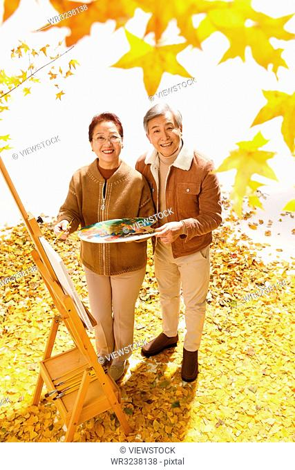 Elderly couple in the courtyard to draw