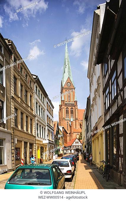 Germany, Mecklenburg-Vorpommern, Schwerin, Old Town, Cathedral in background