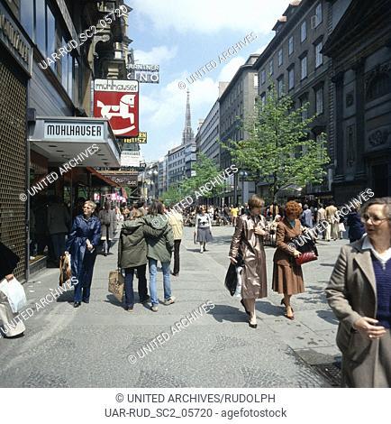 Passanten unterwegs in der Kärntner Straße in Wien, Österreich 1980er Jahre. Passers by in the Kaerntner Strasse shopping street at Vienna, Austria 1980s