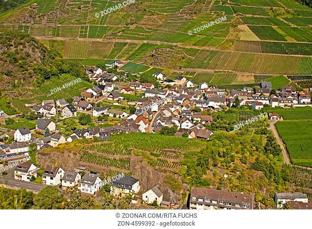 Blick auf Mayschoß und Weinberge, von der Burgruine Saffenburg, Ahrtal, Rheinland-Pfalz, Deutschland, Europa
