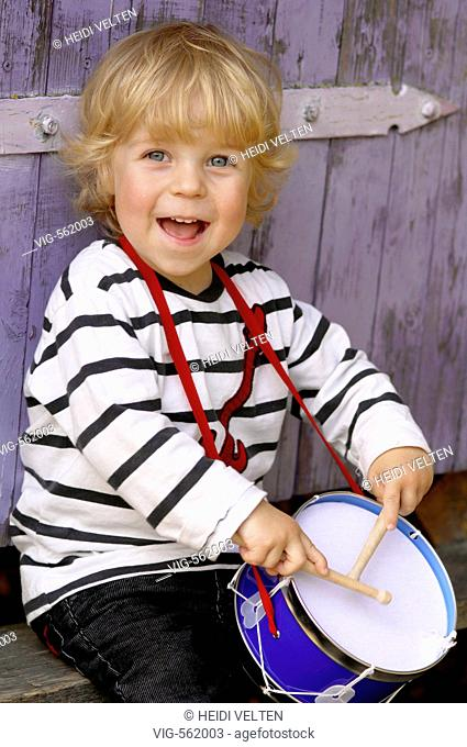 Laughing boy with a drum. - 16/11/2007