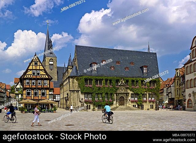 Market with town hall and town church St. Benedikti, view into the Hoken, gastronomy at the market, Quedlinburg, Saxony-Anhalt, Germany